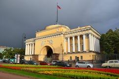 Snt PIETROBURGO, RUSSIA, 08 SETTEMBRE, 2012 Automobili e la gente vicino al Ministero della marina dall'argine di Ministero della Immagine Stock Libera da Diritti