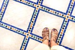 Snubblar foten selfie från övresikt av en kvinnahandelsresande i sandal under en turnera runt om världen Souvenirfoto av det fler Royaltyfri Foto
