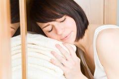 Snuggeling com toalhas Imagens de Stock Royalty Free