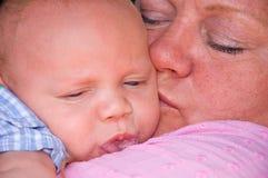 Snuggle da avó e do bebê foto de stock