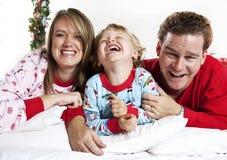 Snuggle felice della famiglia Fotografia Stock