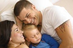 Snuggling della famiglia. Fotografia Stock Libera da Diritti