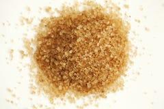 Snuifje van bruine suiker op witte neutrale achtergrond royalty-vrije stock foto's