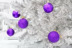 Snuisterijenultraviolet op zilveren kunstmatige Kerstboom Stock Afbeeldingen