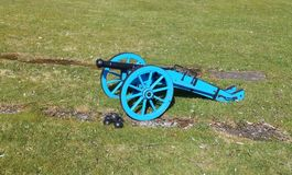 Snuit-ladend kanon op houten kanonvervoer stock foto