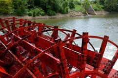 Snurr för hjul för skovelfartyg i vattnet Arkivfoton