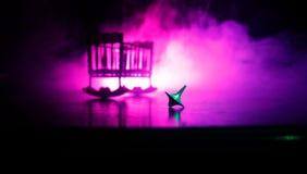 Snurr för totemsnurröverkant som vacklar och stoppar Snurröverkant på spegelyttersida med tonat rökbakgrundsljus Karusell in Arkivbilder