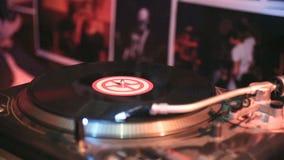 Snurr för vinylrekord som används i nattklubb arkivfilmer