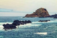 Snurra havet i den madeira ön Nordvästliga Seixal Arkivfoto