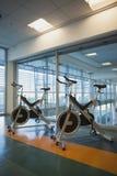 Snurrandet cyklar i konditionstudio Royaltyfri Bild