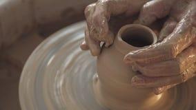 Snurrkrukmakeri, konstnärhänder Händer skapar försiktigt korrekt format arkivfilmer