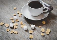 Snut av kaffe med sockerkuber på trätabellen royaltyfri fotografi