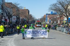 Snutar för ungar med cancer i Sts Patrick dag ståtar Boston, USA royaltyfri foto
