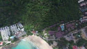 Snygg Phuket kust, avslappnande ferie, från ett pilotless flygplan stock video