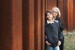 Snygg, singel-förälder mamma och tonårig son i parkera foto arkivbild