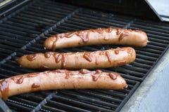 Soße bedeckte Grill-Wiener Würstchen Stockfoto