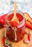 Soße der roten Pfeffer in einem Glas Stockfoto