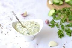Soße des Joghurts oder des Sauerrahms, Gurke, Dill Stockfotos