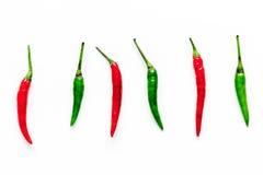 Soße mit des grünen und roten Paprikas auf weißem Draufsichtspott des Küchentischhintergrundes kochen Pfeffer oben Lizenzfreies Stockfoto