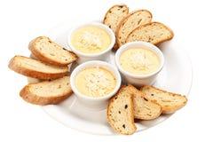 Soße mit Käse und Brot Lizenzfreie Stockbilder