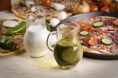 Soße und drei Pizzas Stockbild
