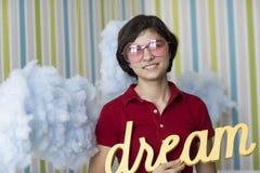 Soñador joven en vidrios rosados Imágenes de archivo libres de regalías