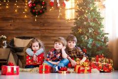 soñadores Niños con el regalo de la Navidad Fotografía de archivo