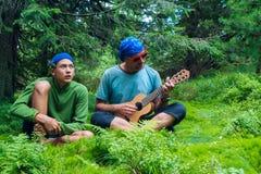 Soñando el padre y al hijo adolescente cante y diviértase Fotos de archivo libres de regalías