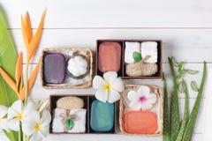 Soap spa κιβώτιο δώρων στο άσπρο ξύλινο υπόβαθρο Στοκ εικόνα με δικαίωμα ελεύθερης χρήσης