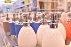 Soap utmataren som göras från porslin i olika färger Arkivfoton