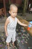 Soapbubbles игры мальчика Стоковое Изображение RF