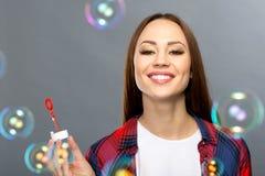 Soapbubbles славной девушки дуя Стоковые Изображения RF