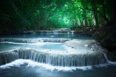 Soar mal a paisagem com cachoeira de Erawan Kanchanaburi, Tailândia Foto de Stock