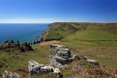 Soar maler liten vikstranden Devon England arkivbilder