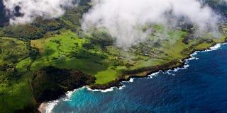 Soaring över den tropiska ön Arkivfoto