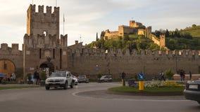 Soave, Italia 04/27/2019: vida urbana en Soave, de la plaza principal con la opinión del castillo almacen de video