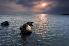 Sob as nuvens rosados eram os sailboats e o ro de madeira Foto de Stock Royalty Free