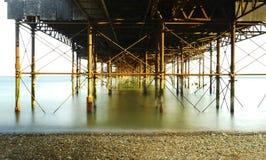 Sob Brighton Pier fotografia de stock
