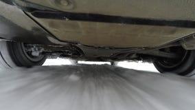 Sob a câmera do carro ao conduzir na estrada do inverno filme