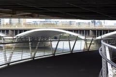 Sob Chelsea Bridge Vista da Tamisa e da ponte de estrada de ferro Ponte pedestre que conduz ao parque de Battersea imagem de stock royalty free
