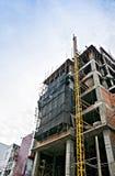 Sob a construção da construção com a rede protetora preta que cerca uma construção para a segurança Fotografia de Stock Royalty Free