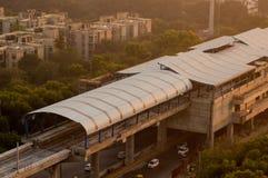 Sob a construção a estação de metro disparou no crepúsculo em Noida Fotos de Stock Royalty Free