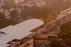 Sob a construção a estação e a linha de metro dispararam no crepúsculo Foto de Stock