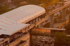 Sob a construção a estação e a linha de metro dispararam no crepúsculo Fotografia de Stock Royalty Free