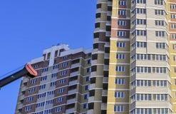 Sob a construção residencial do arranha-céus da construção em um céu azul fotos de stock royalty free