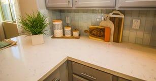 Sob a decoração do armário na parte superior contrária de mármore de cozinha fotografia de stock