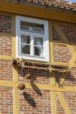 Sob a janela pendura uma vassoura grande com grandes bolas fotografia de stock royalty free