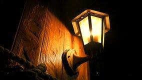 Sob a lâmpada antiga antiga video estoque