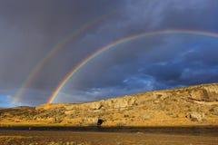 Sob o arco-íris dobro fotos de stock royalty free