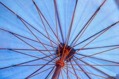 Sob o azul do guarda-chuva Foto de Stock Royalty Free
